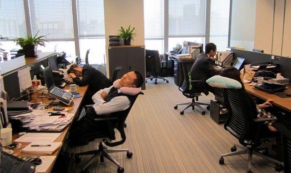 В условиях конкуренции китайцы всё чаще ночуют в офисах