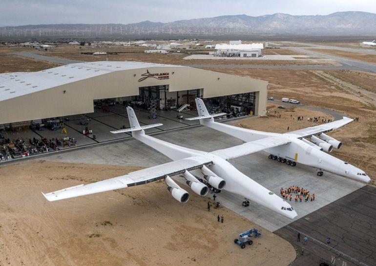 Найбільший в світі літак Stratolaunch показали публіці (відео)