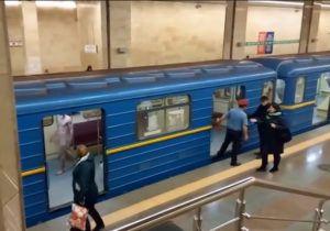 Голий чоловік у Київському метро